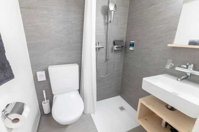 Hotel-Seebuel-Einzelzimmer-Badzimmer-Dusche