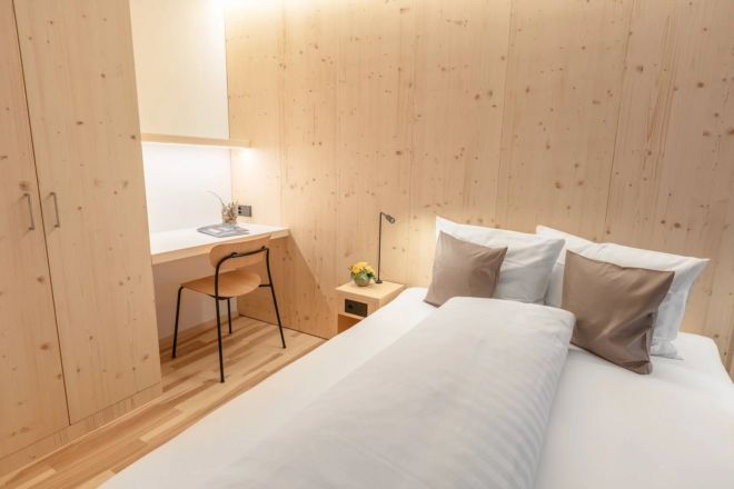 Hotel-Seebuel-Einzelzimmer-Bett-Schreibtisch