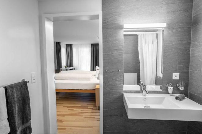 Hotel-Seebuel-Familienzimmer-Badzimmer-Lavabo-Schlafzimmersicht