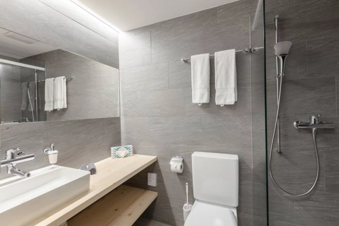 Hotel-Seebuel-Standartzimmer-Badzimmer-Dusche