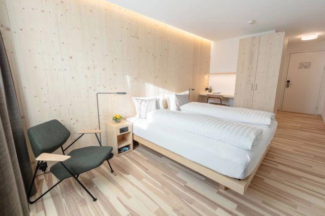 Hotel-Seebuel-Standartzimmer-Schlafzimmer-Doppelbett-Sessel