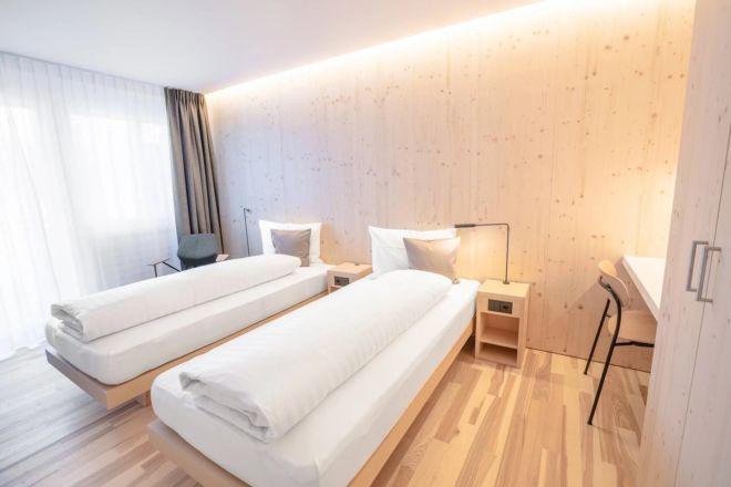 Hotel-Seebuel-Standartzimmer-Schlafzimmer-Einzelbett-Holz