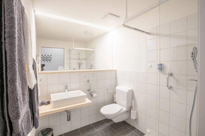 Hotel-Seebuel-Superiorzimmer-Badzimmer-Dusche-Lavabo