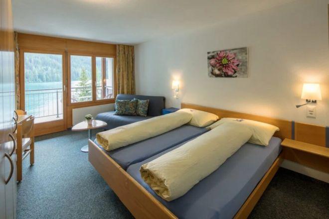 Hotel-Seebuel-Superiorzimmer-Schlafzimmer-Doppelbett-Aussicht-Couch